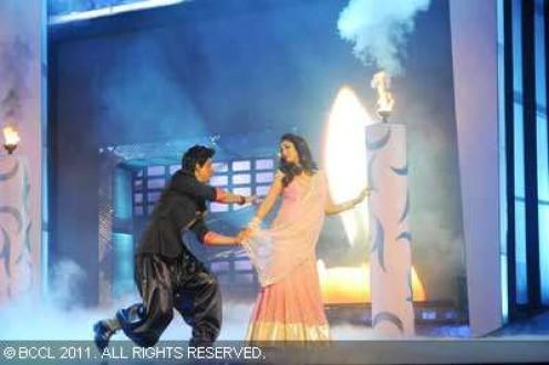 Shah Rukh Khan and Madhuri Dixit perform at the 56th Idea Filmfare Awards at Yashraj Studios in Mumbai on January 29, 2011. (BCCL/Sudharak Olwe) 30 Jan, 2011