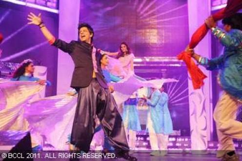 Shah Rukh Khan performs at the 56th Idea Filmfare Awards at Yashraj Studios in Mumbai on January 29, 2011. (BCCL/) 30 Jan, 2011