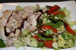Grilled chicken breast and mixed salad with balsamic sauce ( 1 tblsp )