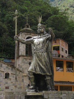 Statue of Pachacuti in the town center of Aguas Calientes. Photo by Chang'r (flickr)