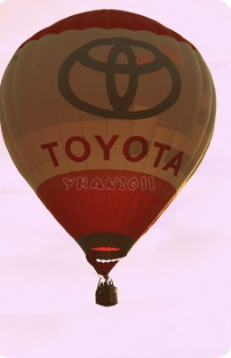 my friend Arianne's car is a gorgeous model of Toyota so she didn't miss to shoot this one hot air balloon