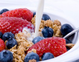 granola and fruit: 2 healthy breakfast options.