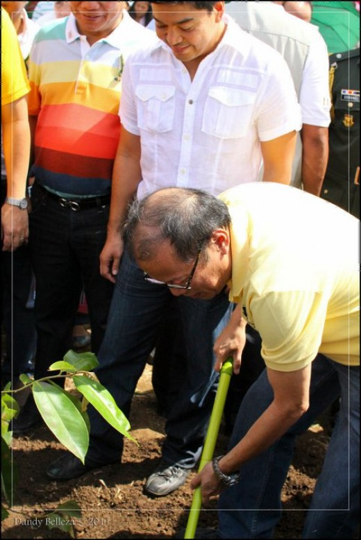 The president planting a tree (Photo by Dandy Belleza)