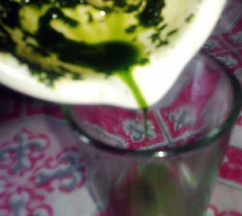 Filling the glass with Moringa Juice