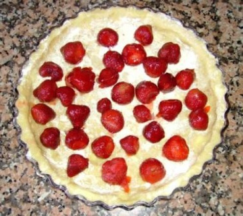 Spread the strawberries over the pie dough