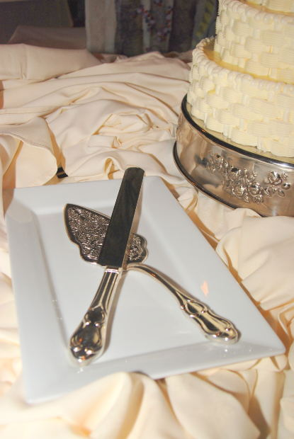 Cake servers come in many different styles, and can be easily engraved.