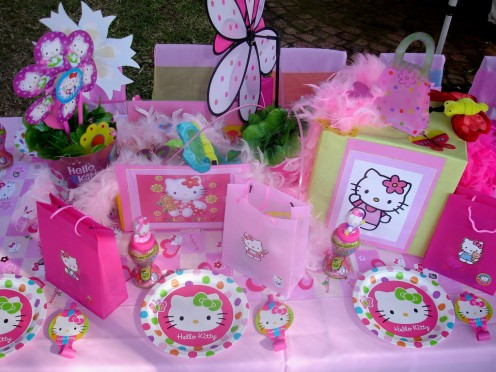 Hello Kitty table decorations can help make a little girl's dream party.