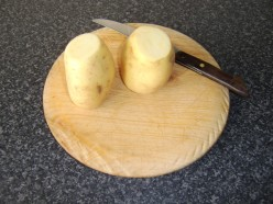 The two ends are firstly sliced off each potato