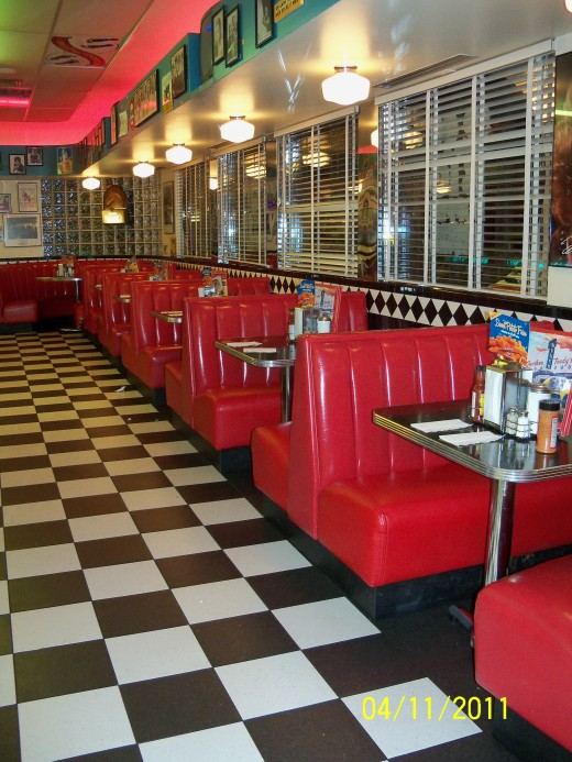 Gunther Toody's offers a unique dining experience. In this 50s style diner, everything is a blast from the past - from furnishings, decorations to music. Now don't be fooled - these chairs may be empty, but this was also taken at closing time!