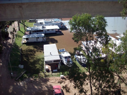 House boats high and dry on the Murray.They are now floating again due to flooding and rain in Australia.(april 2011)