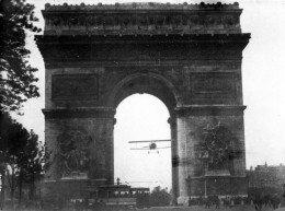 Charles Godefroy flies through the Arc de Triomphe, August 7, 1919