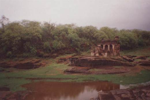 one of the ruined temples in the fort.(This is not the three-eyed Ganesha temple)