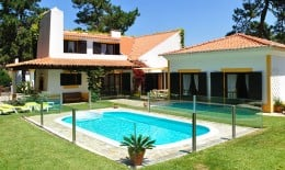 Close to the Lagoon of Obidos, this villa is the ideal choice for those wishing to enjoy a relaxing break with family and friends.
