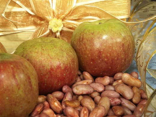 Apples and red beans are rich in fiber. These foods are not only healthy but also very cheap.