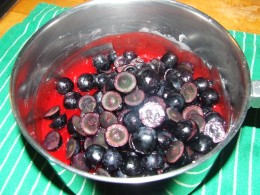 After cooling the gelatin, mix in the cut grapes.