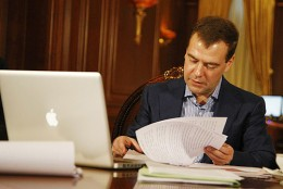 Russian President Dmitry Medvedev with his MacBook