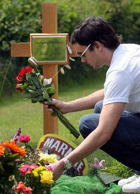 British celebrityJade Goody rests in Epping Forest Burial Park as husband, Jack Tweed, lays a wreath. Photo credit.  zimbio.com