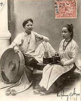 Two women wear o ng thn, the form of the ao dai worn in the nineteenth and early twentieth centuries
