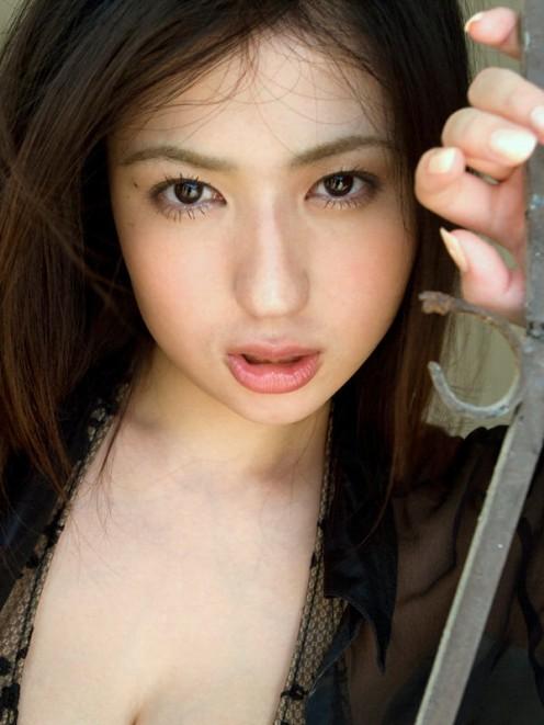 As a gravure model in Japan, Nonami Takizawa's beauty is beyond question.