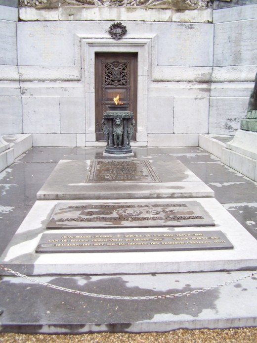 Congress Column, Brussels: tomb of the unknown soldiers and the eternal flame