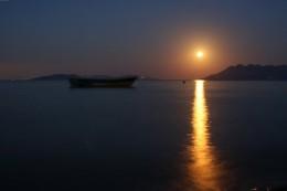 """Bild """"Vollmond-Meer-Fischerboot"""" von bilder.n3po.com"""