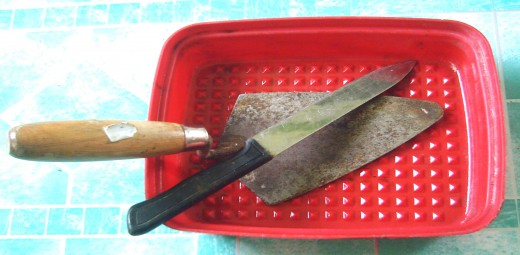 1. The rectangular Tupperware, with shovel and kitchen knife (photo by Travel Man)