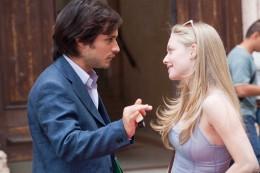 Gael Garca Bernal as Victor and Amanda Seyfried as Sophie.