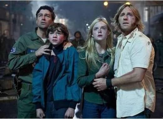 Kyle Chandler as Jack Lamb, Joel Courtney as Joe Lamb, Elle Fanning as Alice Dainard, and Ron Eldard as Louis Dainard.