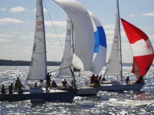 A fleet of J/30's racing
