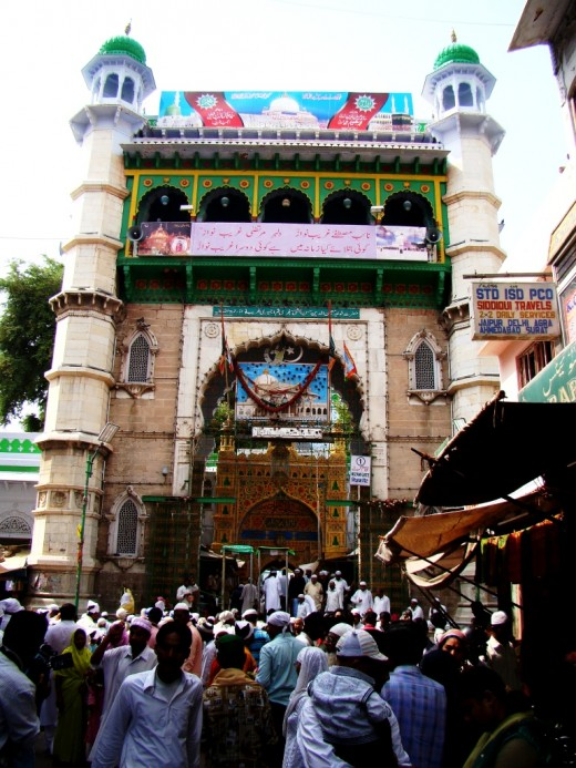 The main entrance to the Dargah : another view