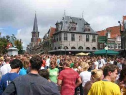 To end the fair in Hoorn everybody goes to the central square and has a beer on the big market that is held.