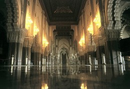 Casablanca - Marokko Moschee Hassan II: Gebetsraum 100 x 200 m big room with a capacity of 25000 believers. The ceiling can be opened.