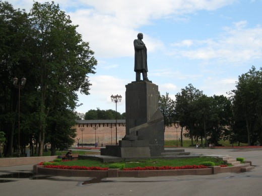 Statue of Vladimir Lenin with wall of Veliky Novgorod Kremlin in background.