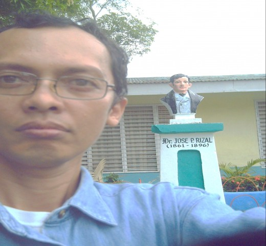 The author posing with the bust statue of Dr. Jose Rizal, national hero of the Philippines (Photo by Travel Man)