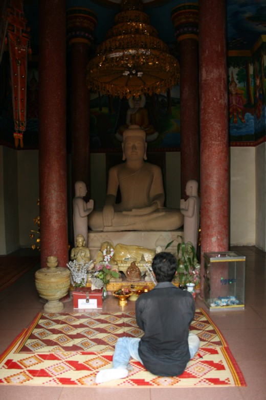 Praying to the Buddha at Wat Jaa