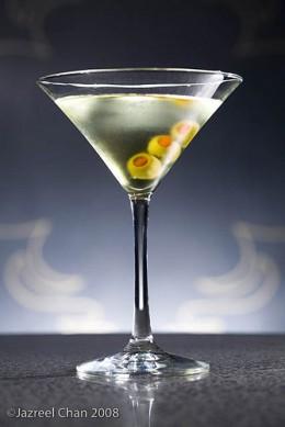 """Сразу в нескольких барах страны появился рецепт коктейля  """"Водка-мартини """"."""