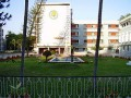 It has about 200 faculty and 360 resident physicians and over 3,000 nursing, administrative and support staff. Every year it admits 100 undergraduate students and 75 postgraduate students.