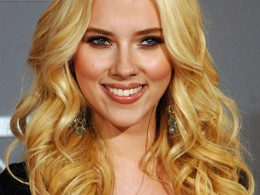 Scarlett Johansson usually prefers more natural palette, but these smoky eyes look HOT, HOT, HOT on her!