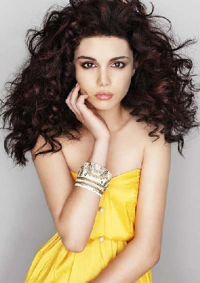 Long hairstyles 2012 include many practical and stylish haircuts, such as layered curly and sleek hairstyles are, they can also come with bangs and ringes. Long hairstyles 2012 also include ponytails, knots and lovely buns.