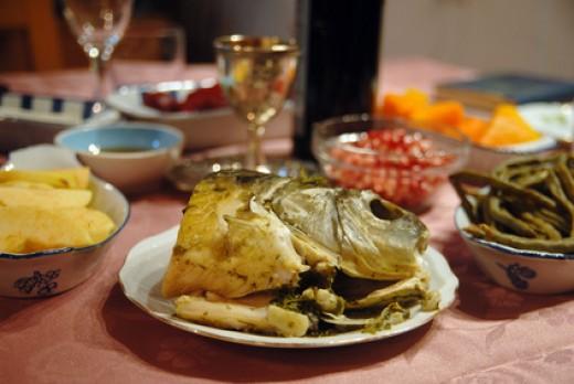 Rosh Hashanah Dinner with symbolic fish head Image:  chameleonseye.com - Fotolia.com