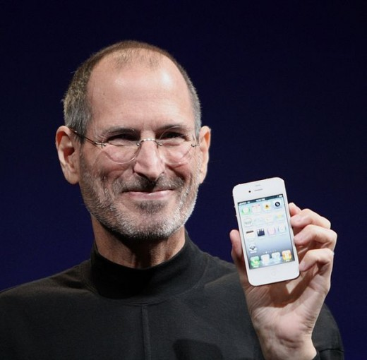 Steve Jobs holding his iPhone 4.