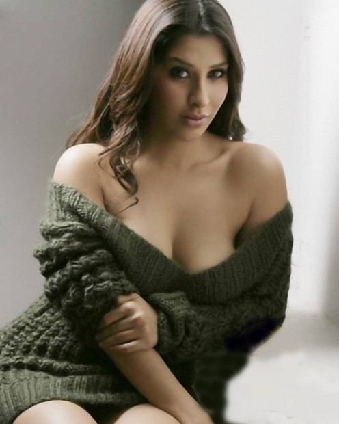 Hot Bollywood Actress Without Bra Cleavage Pictures