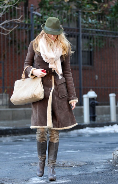 Blake Lively's pale tan leather tote complements her outfit well.