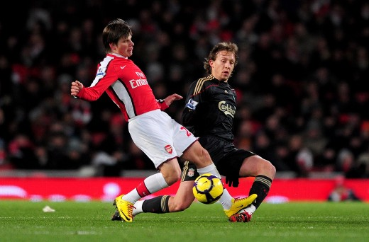 Andre Arshavin gets tackled by Lucas Leiva