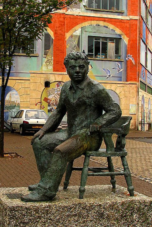 A statue of Dylan Thomas, outside the Dylan Thomas Theatre at the Marina, Swansea. Source: geograph.org UK, Pam Brophy Creative Commons via Wikimedia Commons.
