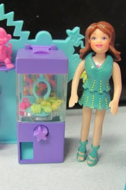 Photo of the claw game in my Polly Pocket Relaxin Resort