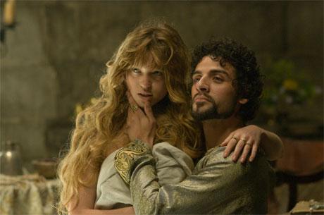 Léa Seydoux and Oscar Isaac as Isabella of Angoulême and King John in Robin Hood (2010).