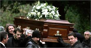 THIS IS THE FINAL TIME THAT THE DECEASED WILL HAVE, BORN ON THE SHOULDERS OF HIS FRIENDS. IN THE UNITED STATES, THIS IS A COMMON PRACTICE OF RESPECT TO THE DECEASED.