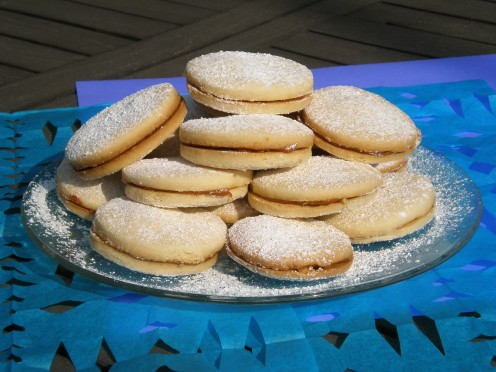 These sandwich butter cookies with dulce de leche are delicious and pretty, ideal for gift cookies or gift desserts.
