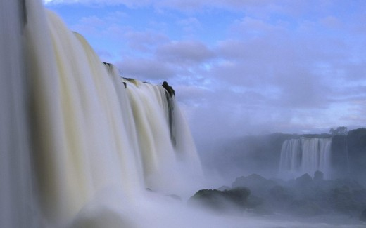 Iguazu Falls, included in the partial list of the 7 New Wonders of Nature.